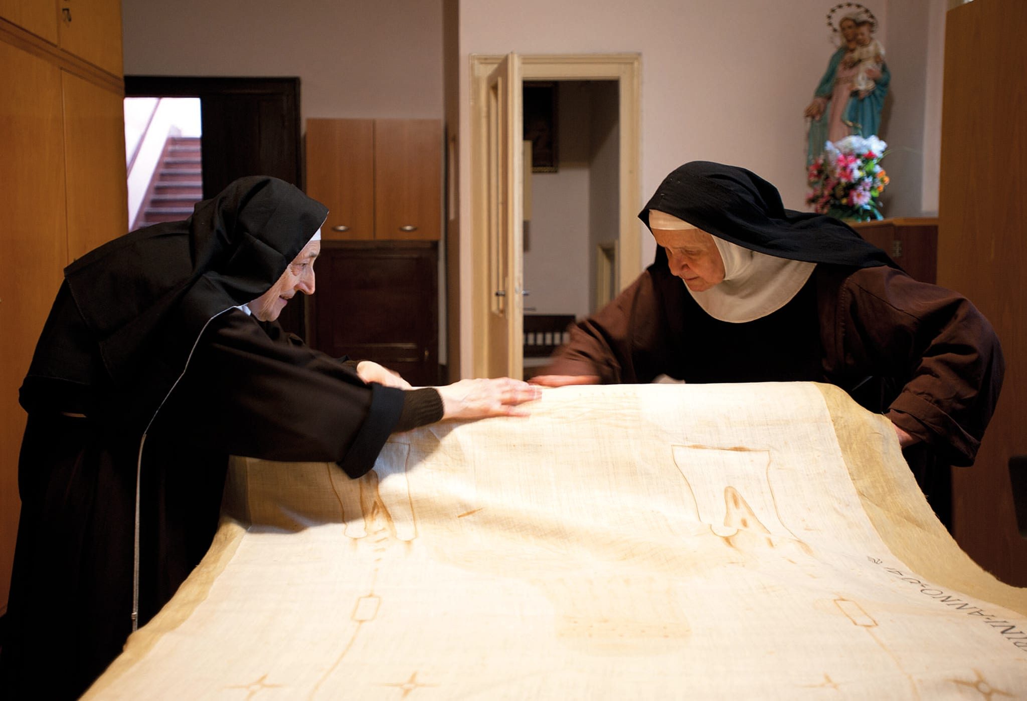 New Findings…The Shroud Mysteriously Oscillates…Hidden Scripture Found in Enigmatic Cloth