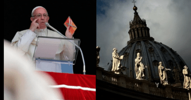 In Surprise, Pope gives away 35,000 tiny crucifixes
