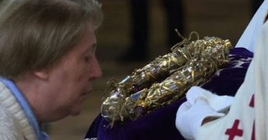 Notre-Dame: Good Friday pilgrims kiss Christ's crown of thorns